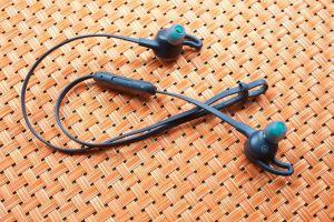 Fitbit Flyer, audífonos al cuello para hacer deporte