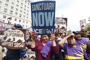 ICE ya no impondrá multas a inmigrantes que no cumplan órdenes de salida