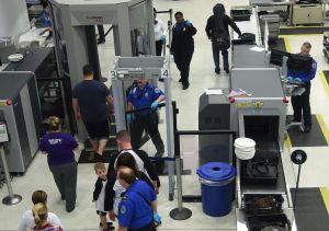 El riesgo para un indocumentado de irse de Estados Unidos en avión