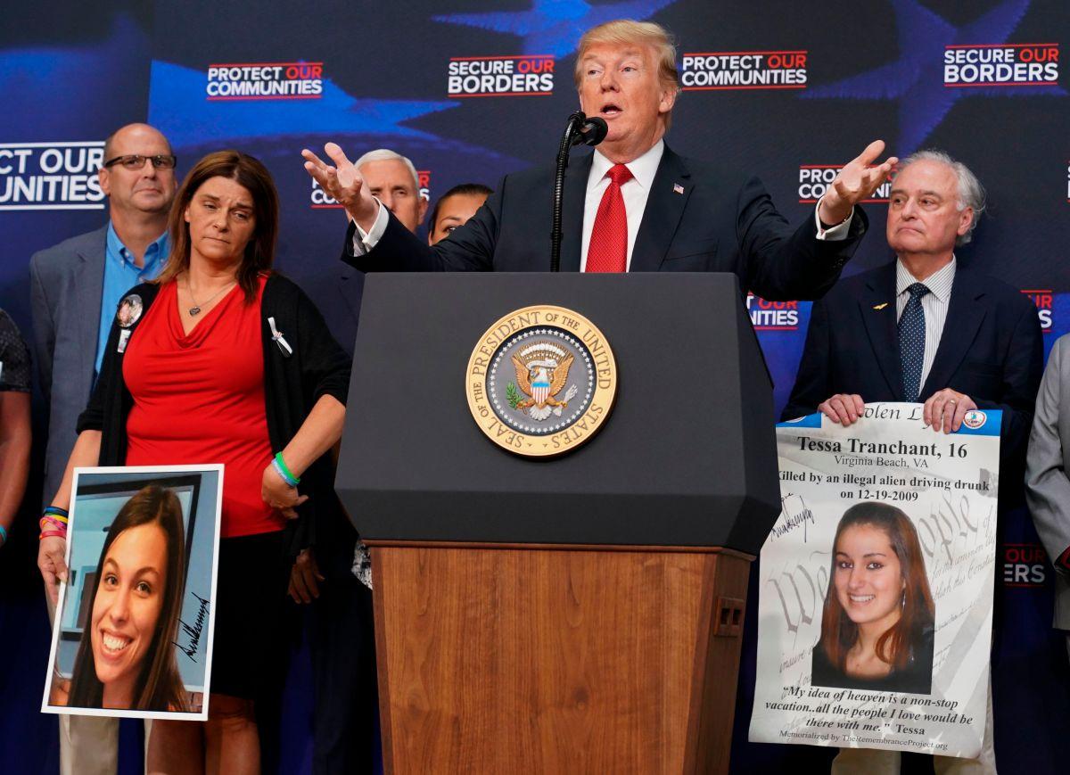 """Trump consuela a padres """"separados"""" de sus hijos asesinados por inmigrantes"""
