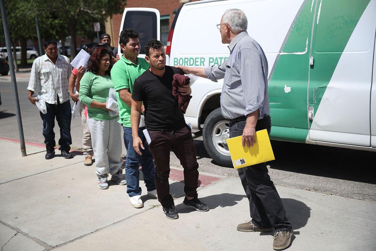 CBP libera a 30 padres separados de sus hijos y un refugio en Texas los recibe