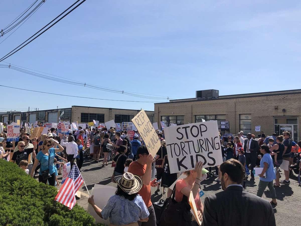 Durante dos horas, los congresistas esperaron que los dejaran ingresar al centro de detención.