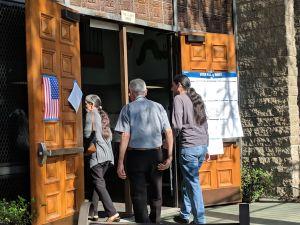 Votantes salen a hacer valer su voz en las elecciones primarias de California