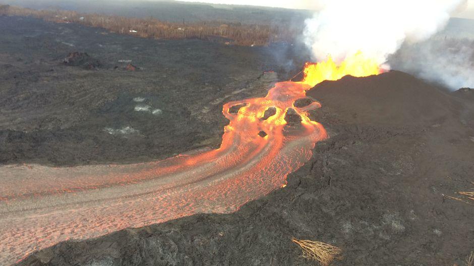 El piso de lava del volcán de Hawaii continúa hundiéndose entre sismos