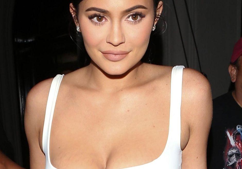 Kylie Jenner revienta las redes con sexy lencería de encaje y envuelta en una gruesa soga