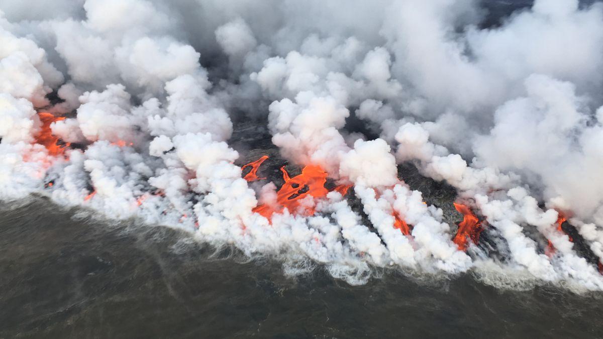 Globos de lava de la Fisura 8 del volcán Kilauea entrando al mar.