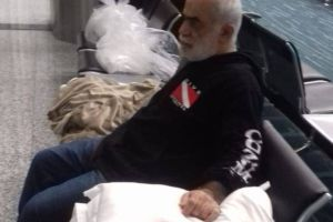 """VIDEO: """"Llevo más de un mes durmiendo en medio metro"""": dice libanés atrapado en aeropuerto"""