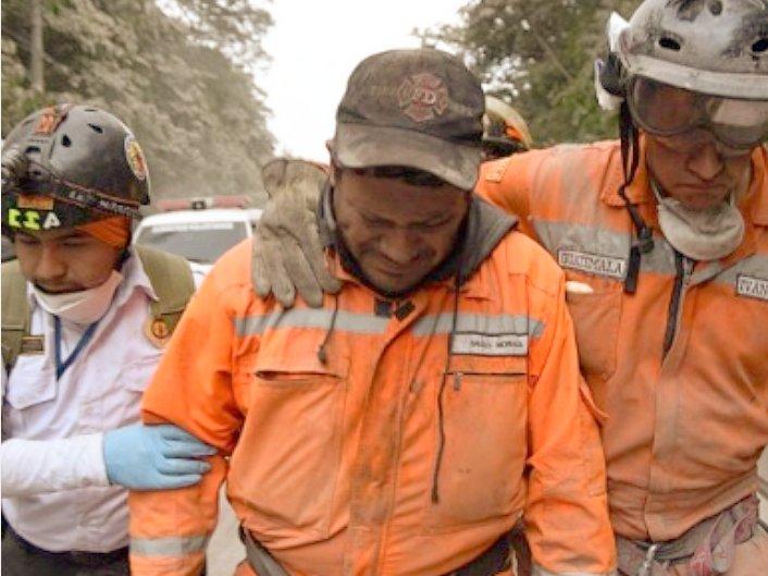 Un rescatista rompe en llanto ante las escenas de destrucción y muerte en Guatemala.