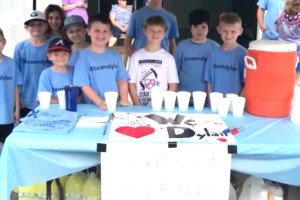 Un niño vende limonada y en dos horas consigue $6,000 dólares
