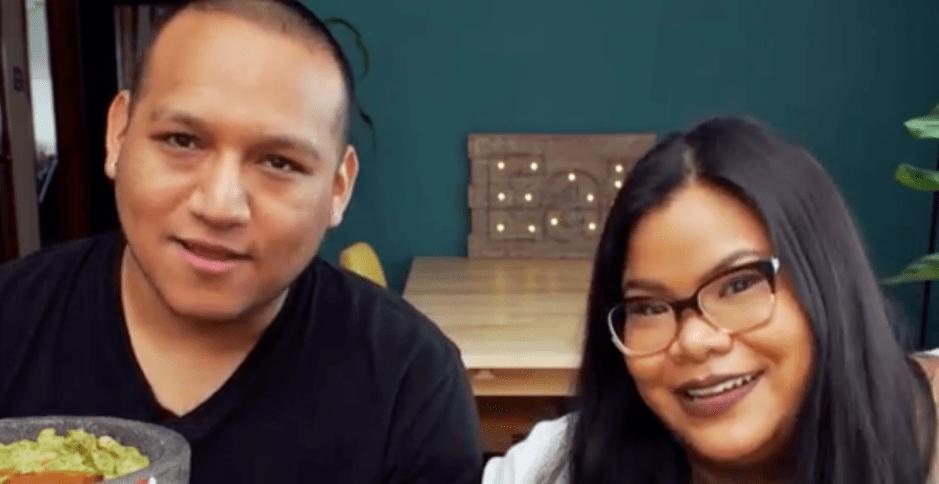 Pareja de YouTubers anuncia que se casa y se burlan de ellos por el tamaño del anillo