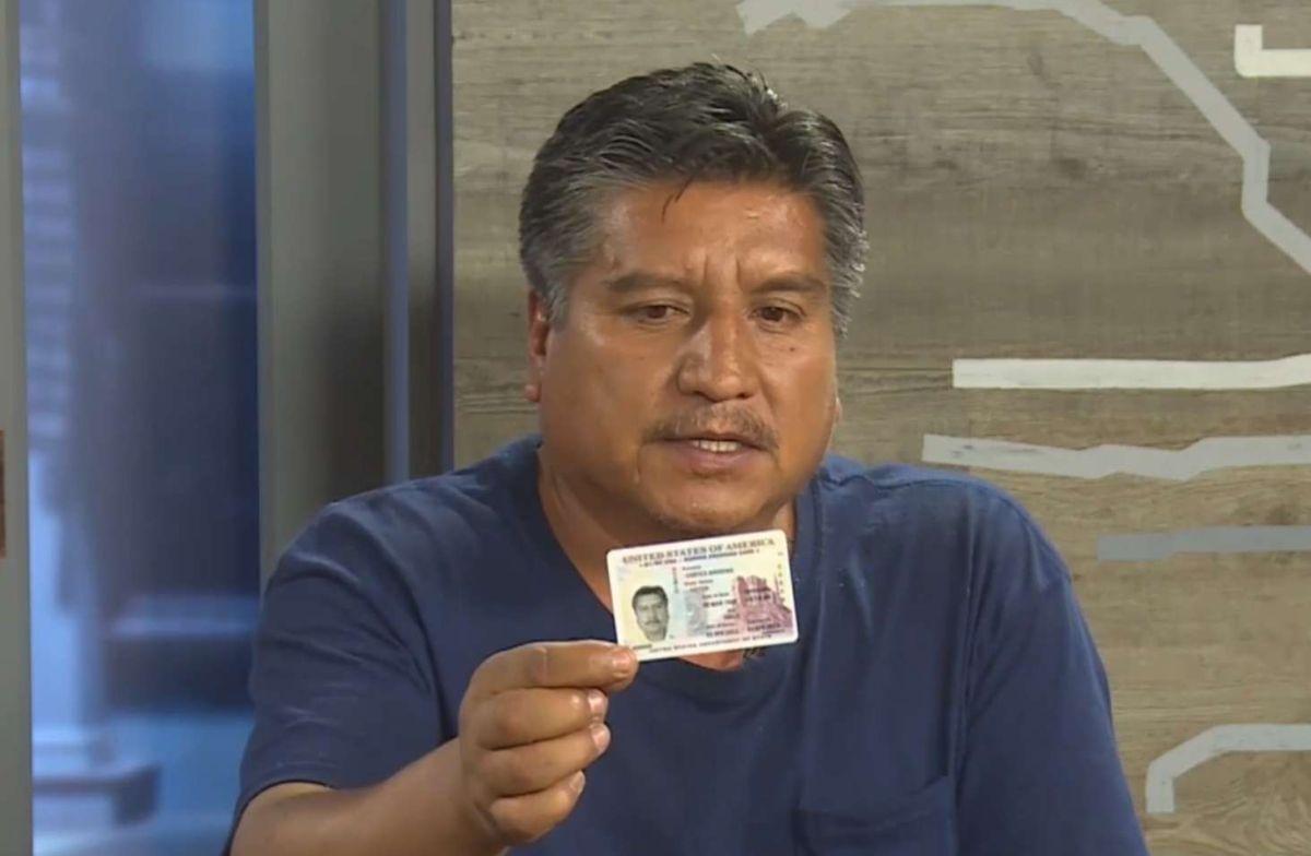 Cortés mostró su documento vigente hasta 2023.