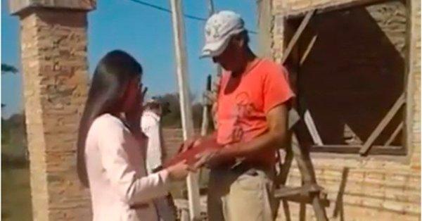 Yudit Romero le entrega su título universitario a su padre.