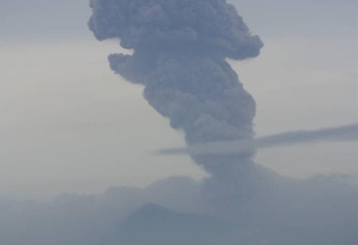 La columna de humo se elevó 500 metros sobre el borde delcráter.