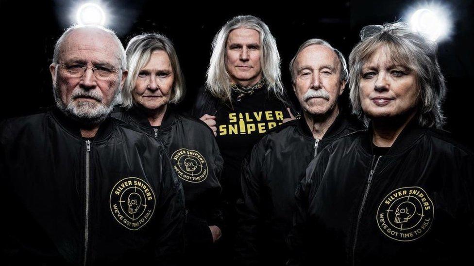 Los Silver Snipers tienen en promedio 67 años.