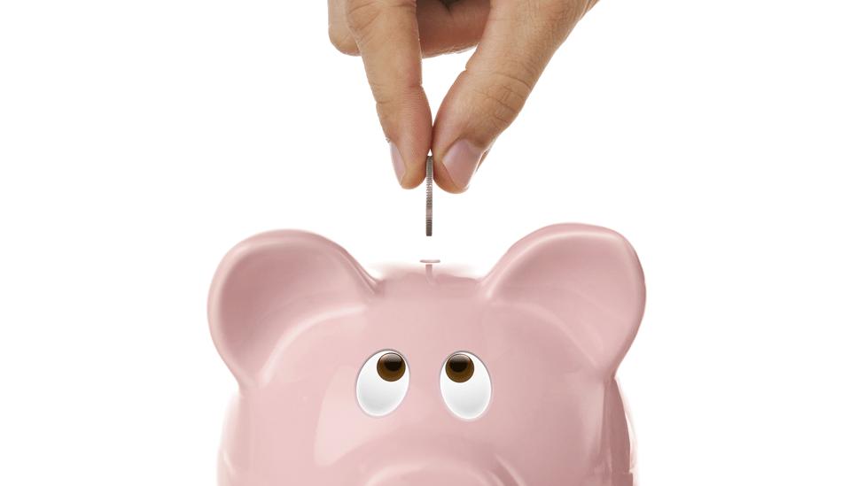 ¿Guardas tus ahorros en una alcancía de cerdo rosa?