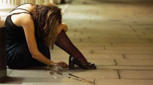 VÍDEO: Mujer sufre agresión en plena calle y joven intenta salvarla