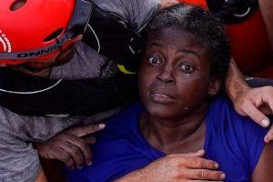 """El dramático rescate de una inmigrante que fue """"abandonada a su suerte"""" en el Mediterráneo"""