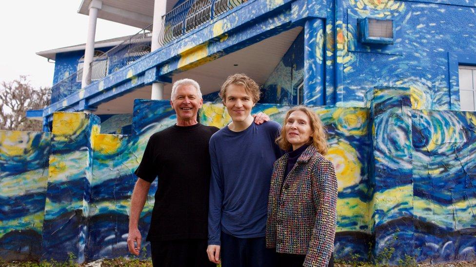 """Los padres que pintaron su casa como """"La noche estrellada"""" de Van Gogh para que su hijo autista no se perdiera"""