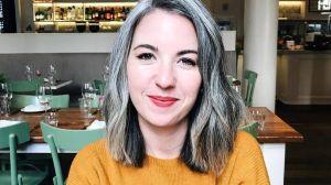 Por qué cada vez más mujeres jóvenes lucen su pelo gris natural