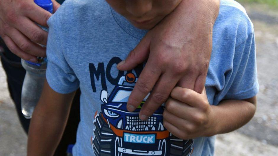 Por qué más de 400 niños separados de sus padres en la frontera de EEUU corren riesgo de no volver a verlos