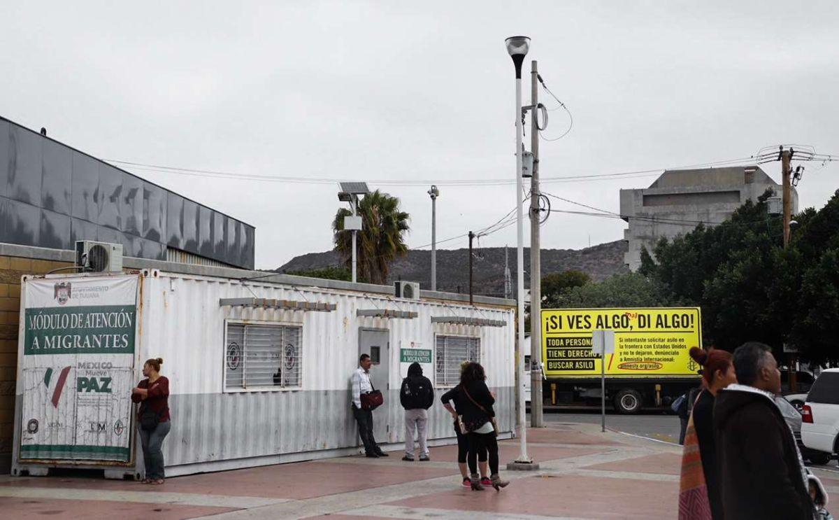 Perros delatan a mexicana y su hija de 10 años escondidas en un carro para cruzar la frontera