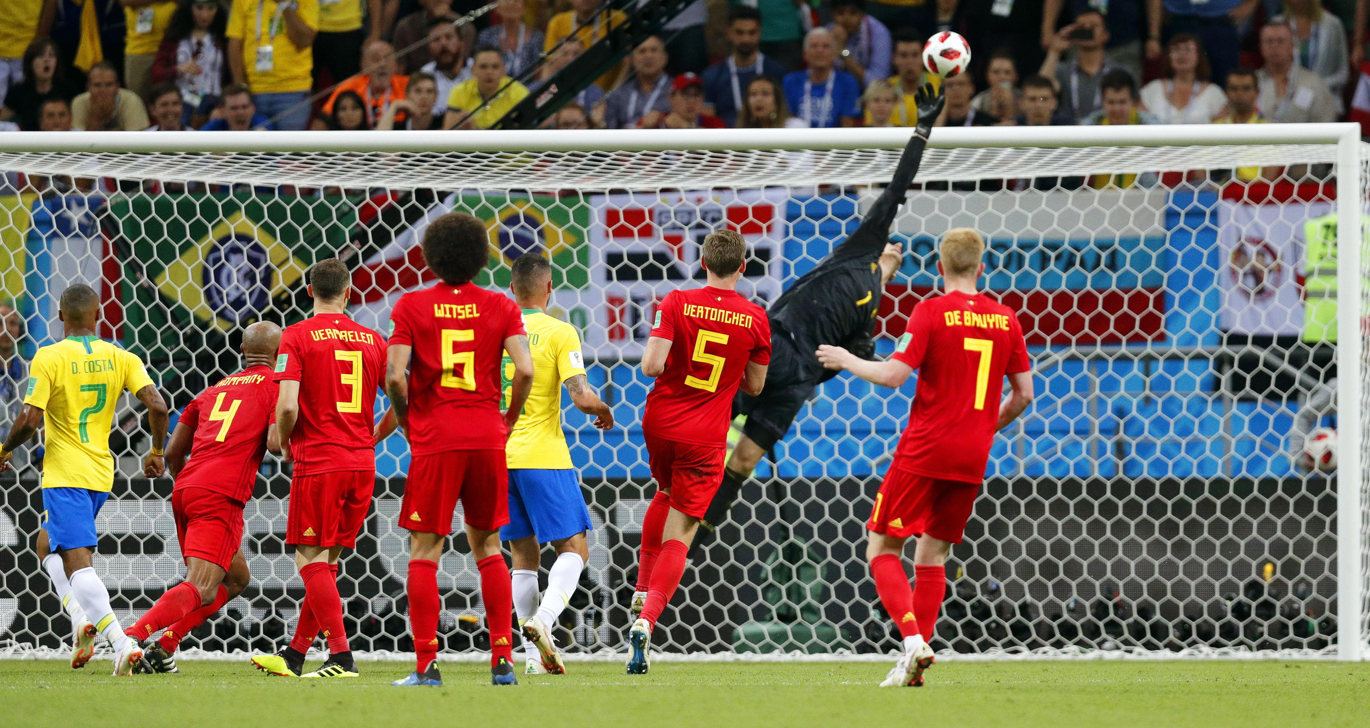 El belga Courtois brilló contra Brasil cuando evitó el empate con esta desviada.
