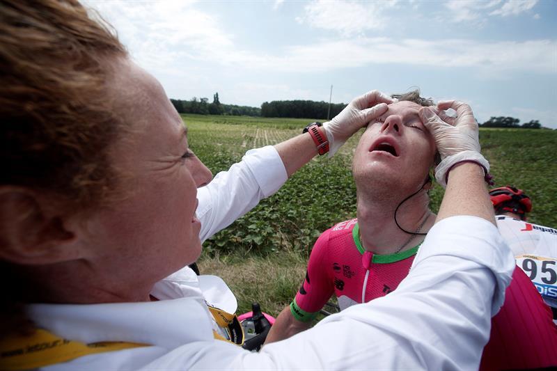 Policías lanzan gas lacrimógeno y dañan a ciclistas en el Tour de Francia