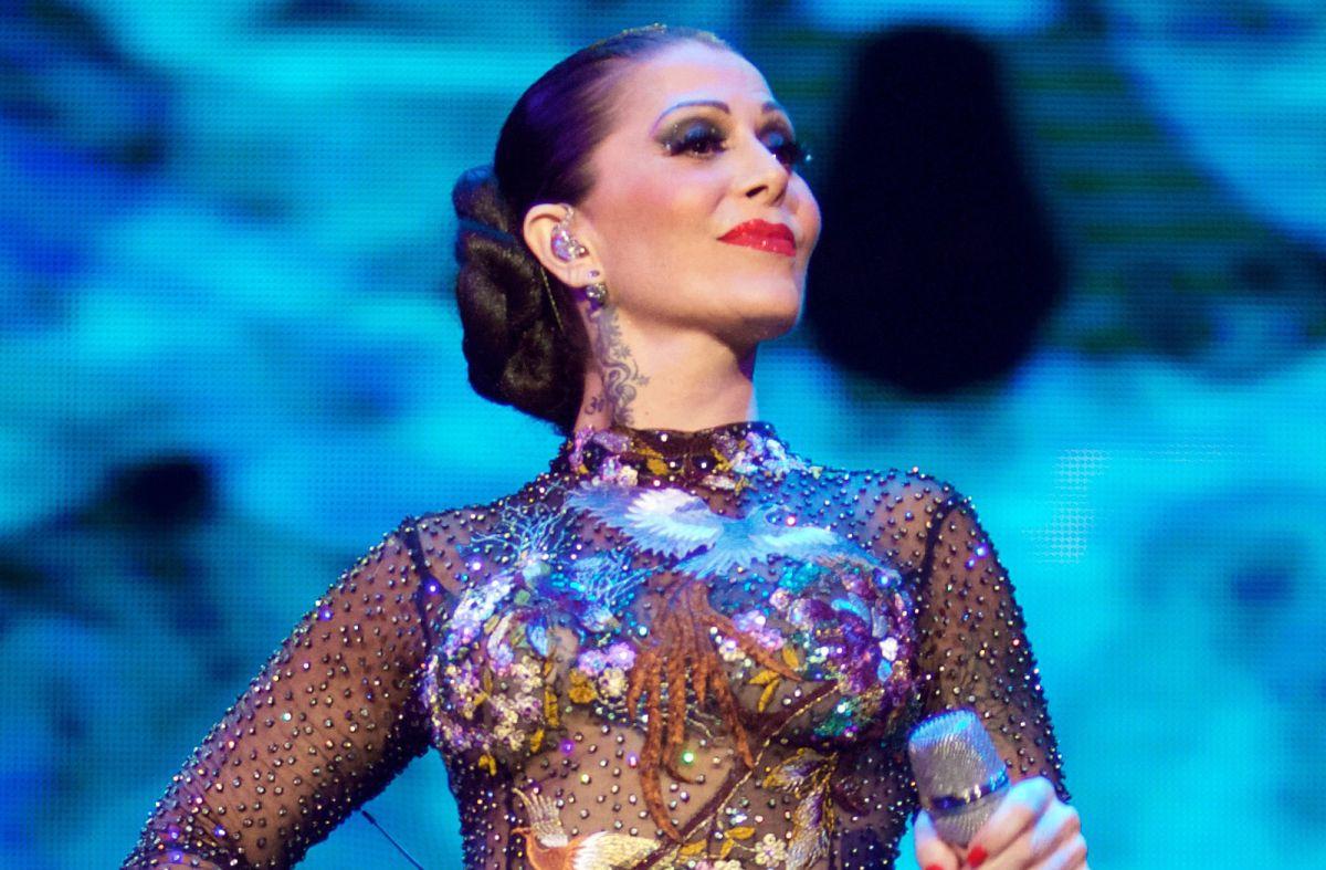 Critican a Alejandra Guzmán por foto en ropa interior y por besar a Silvia Pinal en la boca