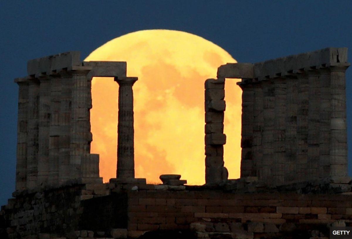 El eclipse lunar sobre la ciudad de Atenas.