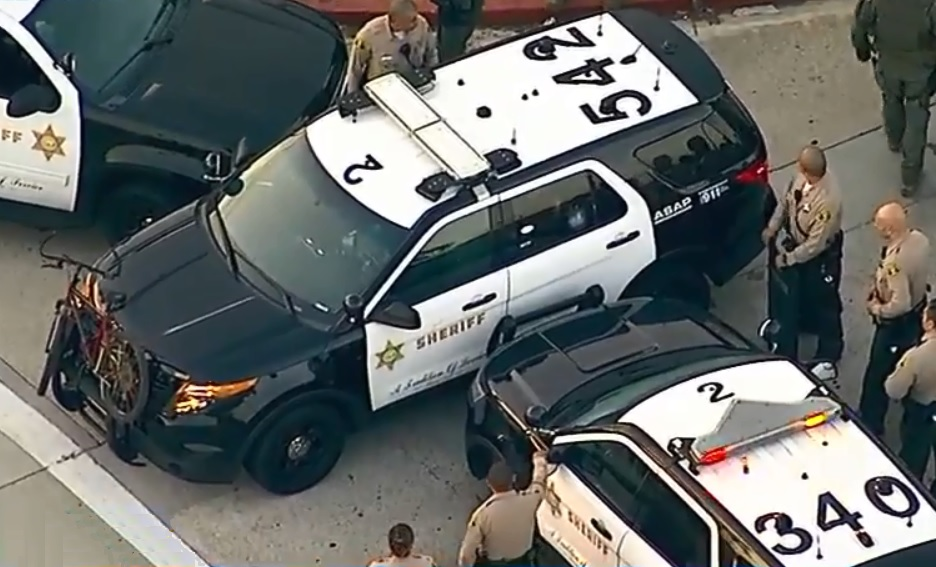 Criminal con cuchillo se atrinchera en SUV de sheriff del condado de L.A.