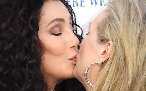"""""""Mamma Mia!"""": El beso en la boca de Meryl Streep y Cher"""