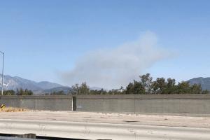 El fuego de un camión se extiende por el Cajon Pass cerca de Devore Heights