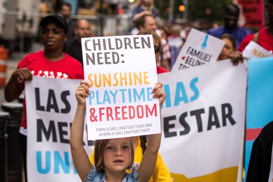 Más de 500 niños bajo custodia federal aguardan reunificación con sus padres