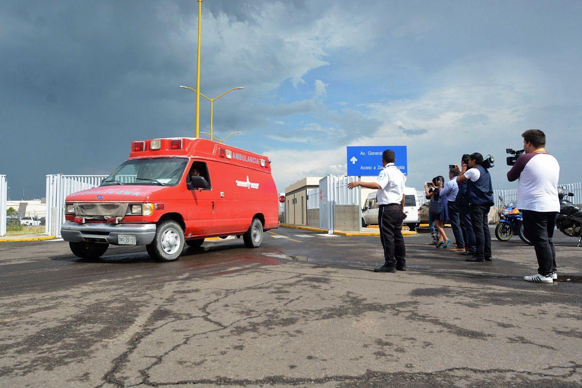 Una ambulancia transporta heridos del avión de AeroMéxico que cayó en Durango.