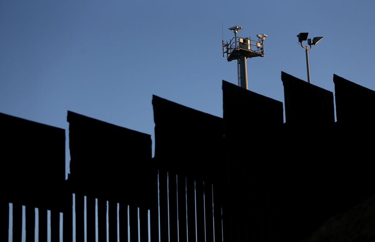 Cámaras de vigilancia  en la valla fronteriza entre México y EEUU.