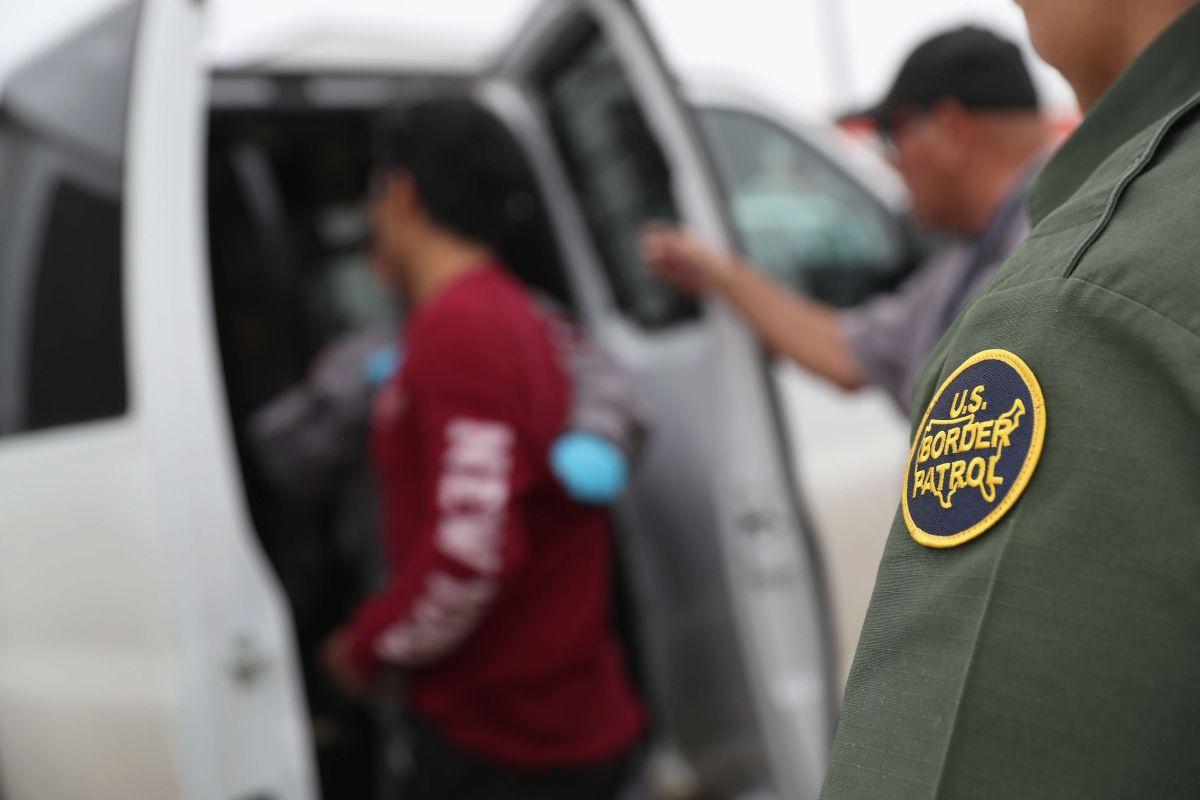 Detienen a 117 inmigrantes en una casa en Texas; comienza nueva etapa de reunificación
