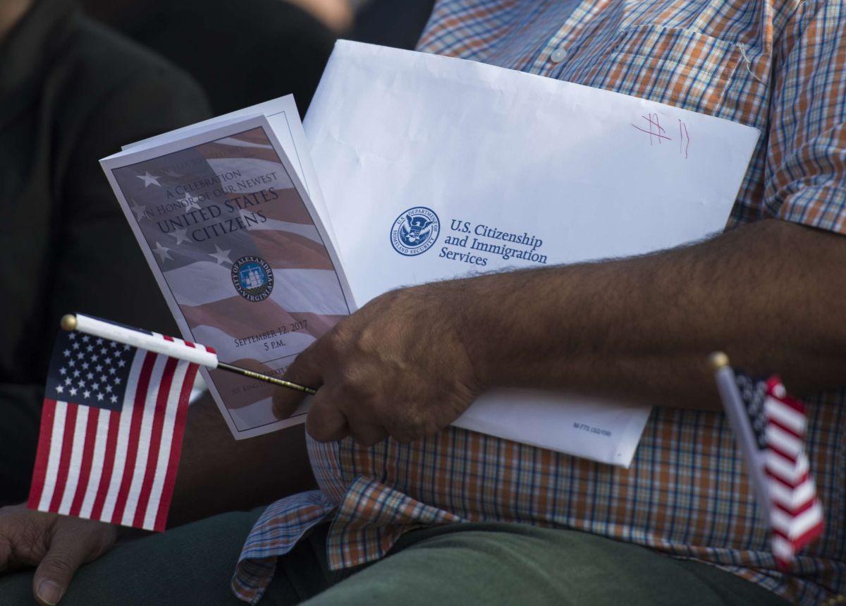 Los inmigrantes no deben ocultar a USCIS si cometieron algún delito.