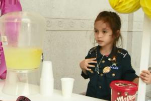 Vendedora de limonada de 5 años recauda dinero en L.A. para apoyar a familias de oficiales caídos