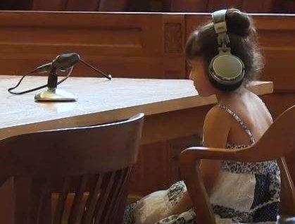 A ambos niños un juez les pregunta si saben lo que es un abogado o si tienen uno que los represente.