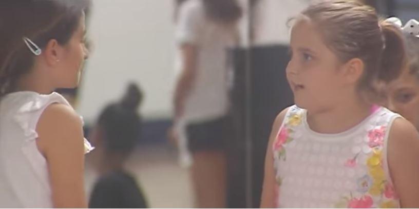 Video: El increíble gesto de una niña que defiende a otra por tener dos padres