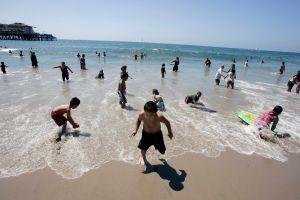 """""""Beach Bus"""" lleva a residentes del Este de Los Ángeles, Lancaster y Palmdale hasta Santa Mónica por $2"""
