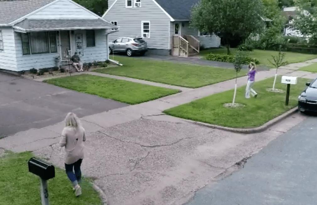 Dos vecinas enfrentadas descubren que en realidad son hermanas.