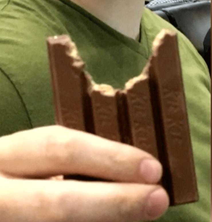 Las redes sociales se burlan de él por comer un Kit Kat, pero él le pide matrimonio a su novia con una chocolatina