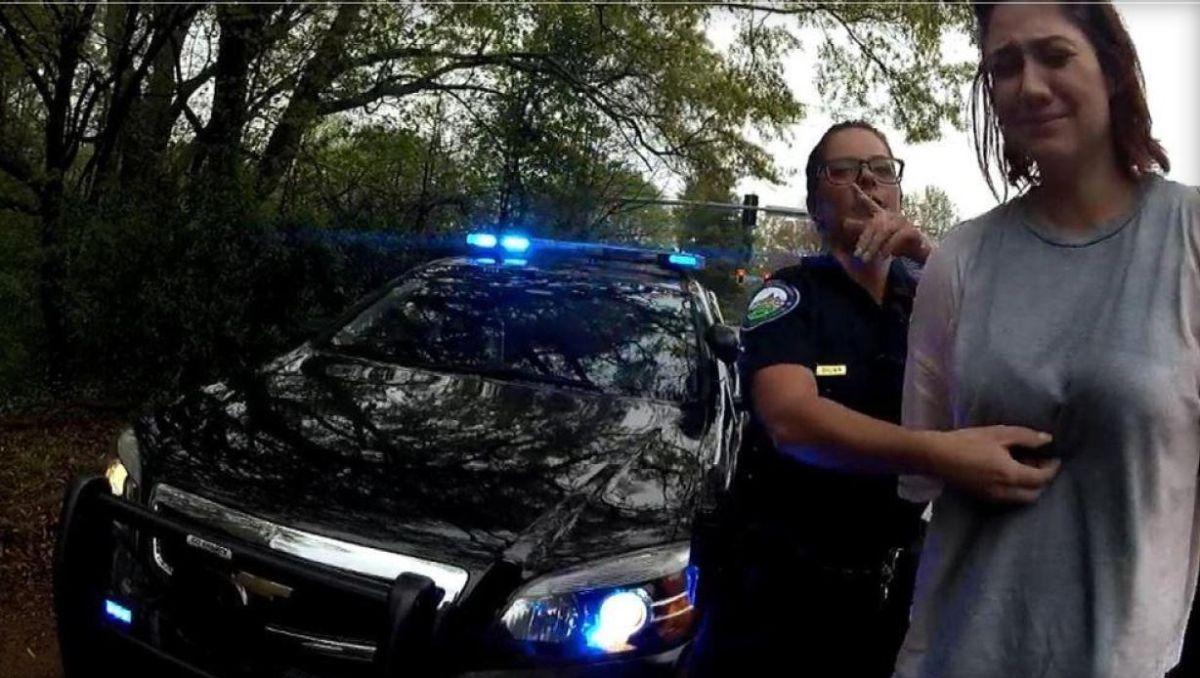 Los oficiales de policía Courtney Brown y Kristee Wilson decidieron arrestar a Webb por exceso de velocidad después de lanzar una moneda virtual para decidir.