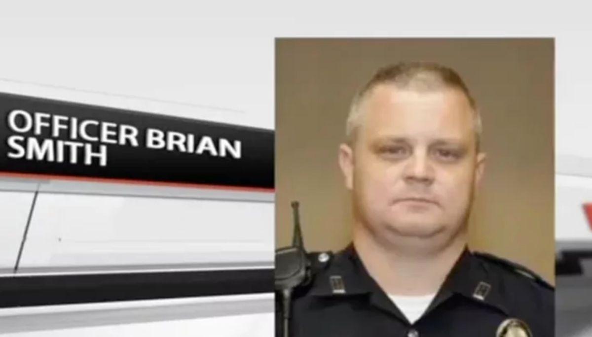 El oficial de policía  Brian Smith que insultó y realizó comentarios racistas en la red.