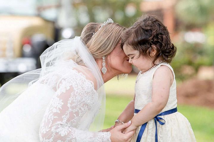 Niña de 3 años, superviviente de cáncer, sirve como niña de las flores en la boda de su donante de médula ósea