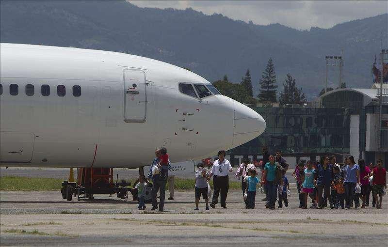 Un vuelo que transporta a deportados,.