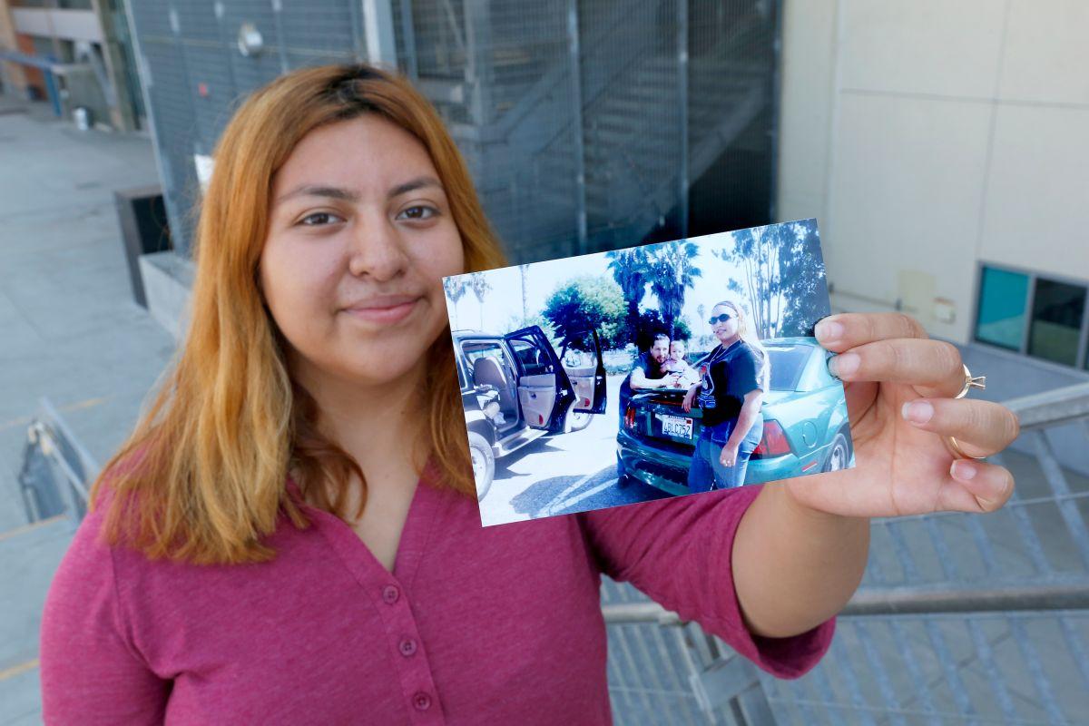 Su padre fue deportado y ella lucha por salir adelante para ayudarlo