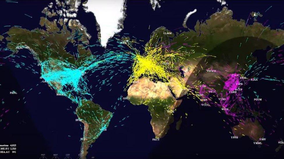 Los fascinantes mapas que muestran los miles de vuelos que cruzan los cielos cada día