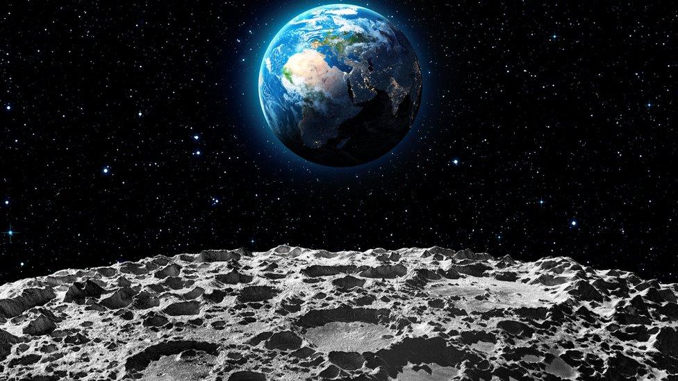 """La """"evidencia definitiva"""" de la existencia de agua en forma de hielo en la Luna"""